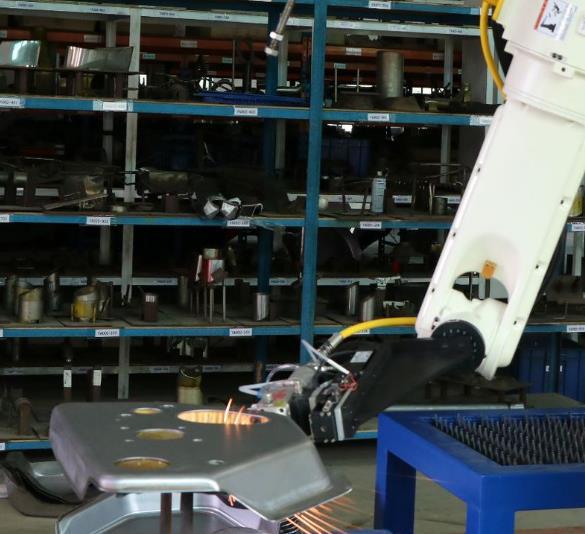 机械手激光切割机切割现场